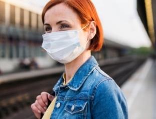 Mujer usando una mascarillaal aire libre